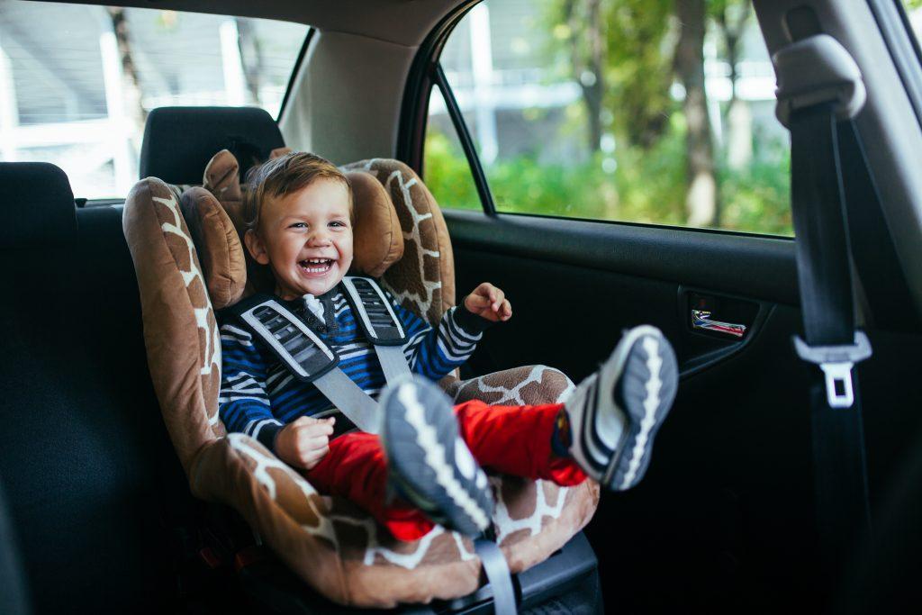 Dette er en bilstol test, barn som sitter i en bilstol og er trygg.